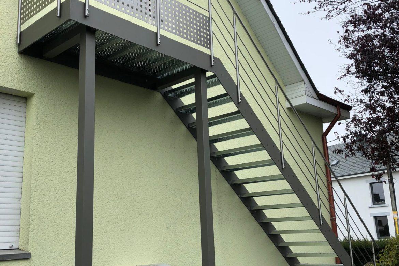 Escalier et terrasse extérieur en plat