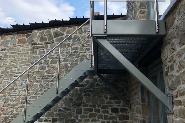 Escalier extérieur et terrasse en plat