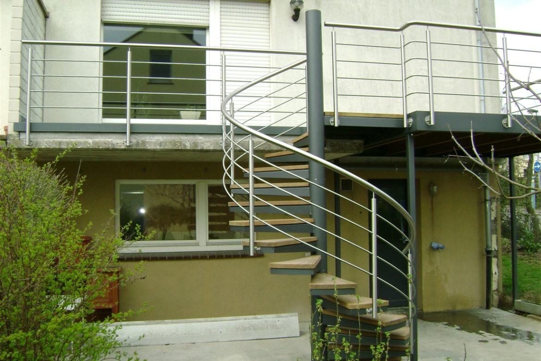 Escalier extérieur hélicoidal métallisé marche en bois 1