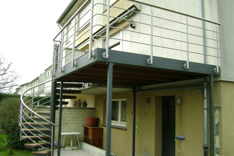 Escalier extérieur hélicoidal métallisé marche en bois 2