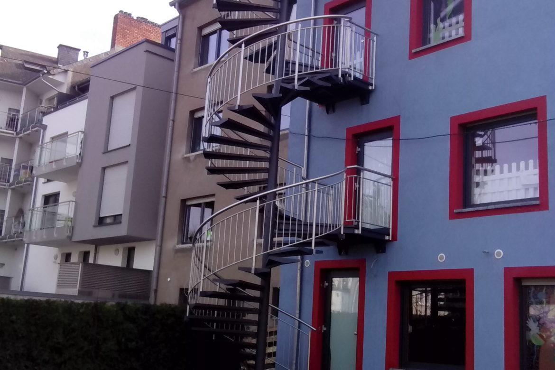 Escalier extérieur hélicoidal métallisé marche en tôle 1