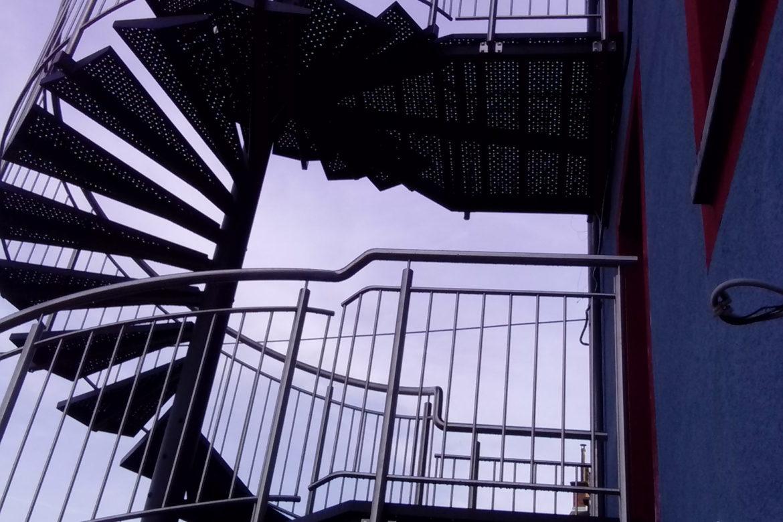 Escalier extérieur hélicoidal métallisé marche en tôle 2