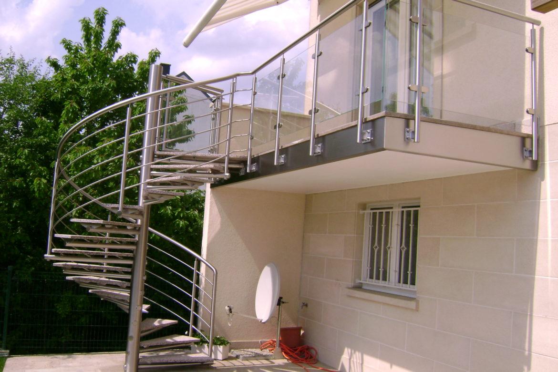 Escalier hélicoidal extérieur en inox marche en pierre 1