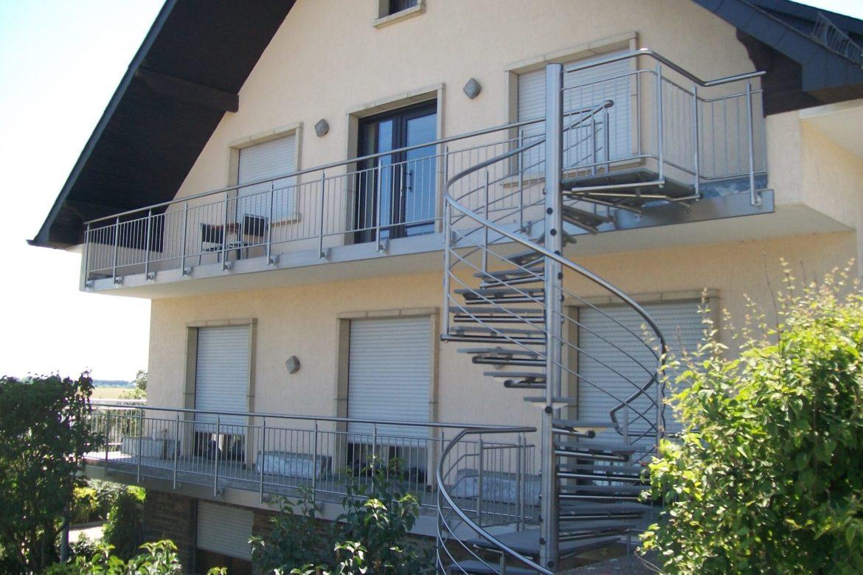Escalier hélicoidal extérieur en inox marche en pierre 2
