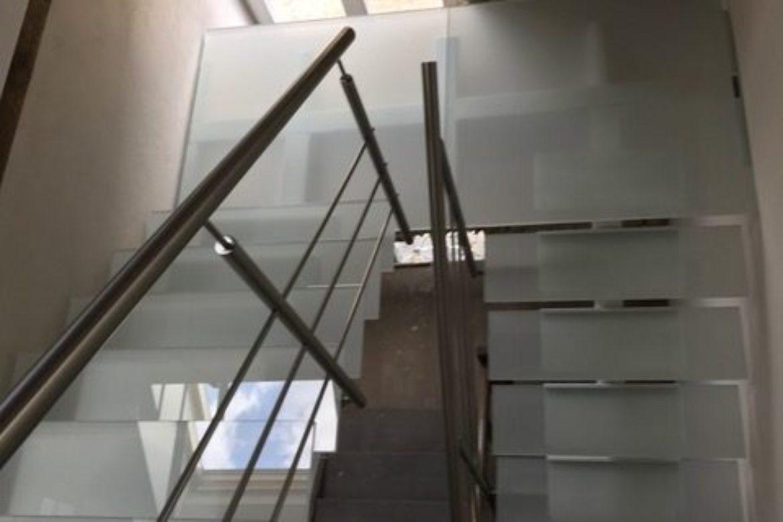 Escalier limon central et verre 10