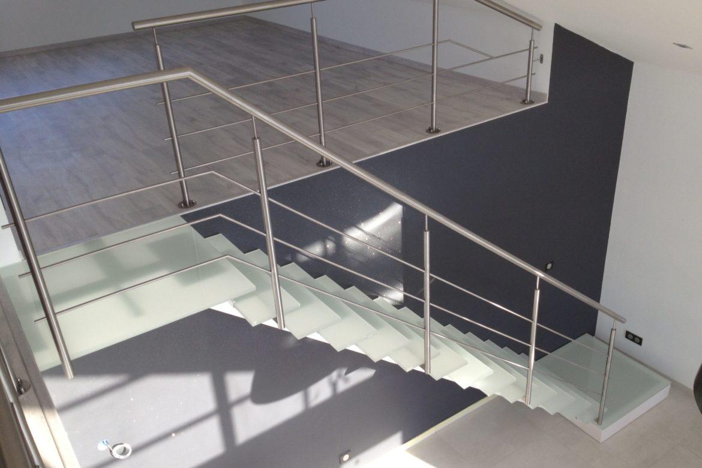 Escalier limon central et verre 11