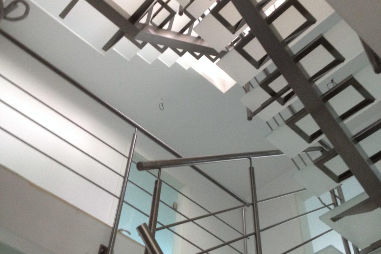 Escalier limon central et verre 12