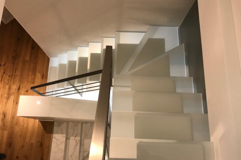 Escalier limon central et verre 13