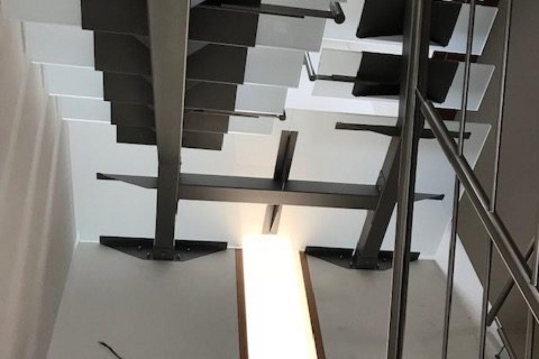 Escalier limon central et verre 17