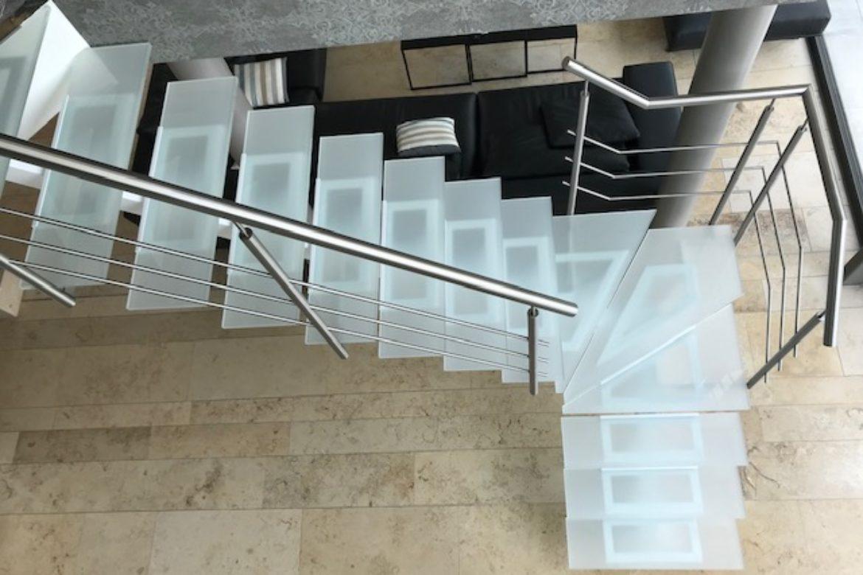 Escalier limon central et verre 18