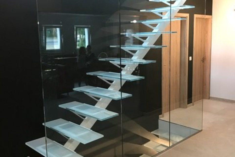 Escalier limon central et verre 19