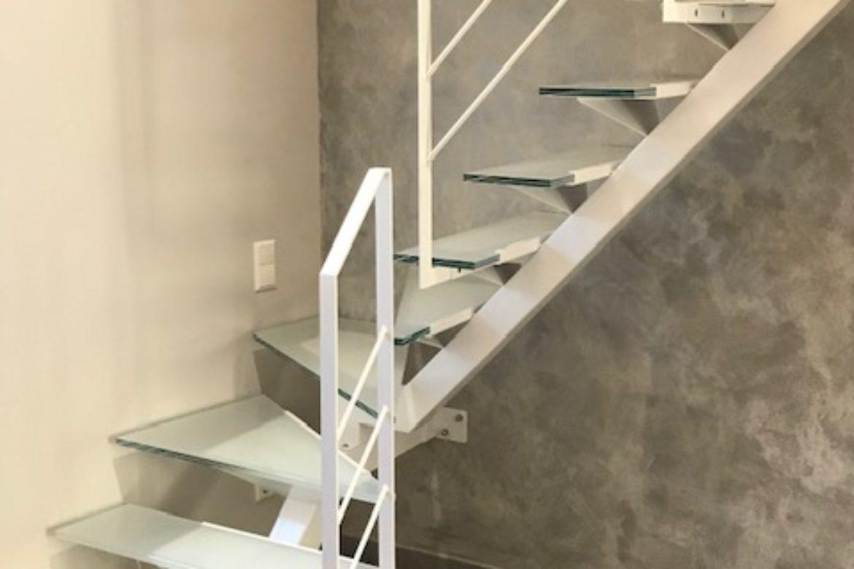 Escalier limon central et verre 22