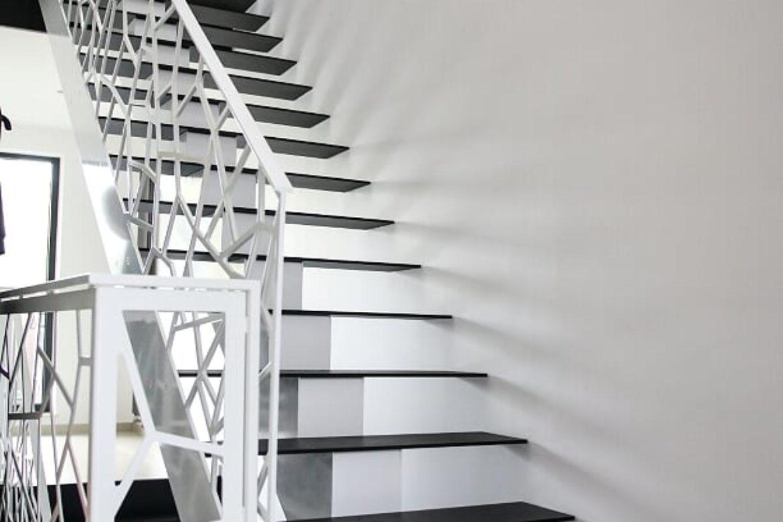 Escalier limon central marche en métal 2
