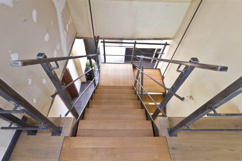 Escalier limon plat en acier brut marche en bois 1