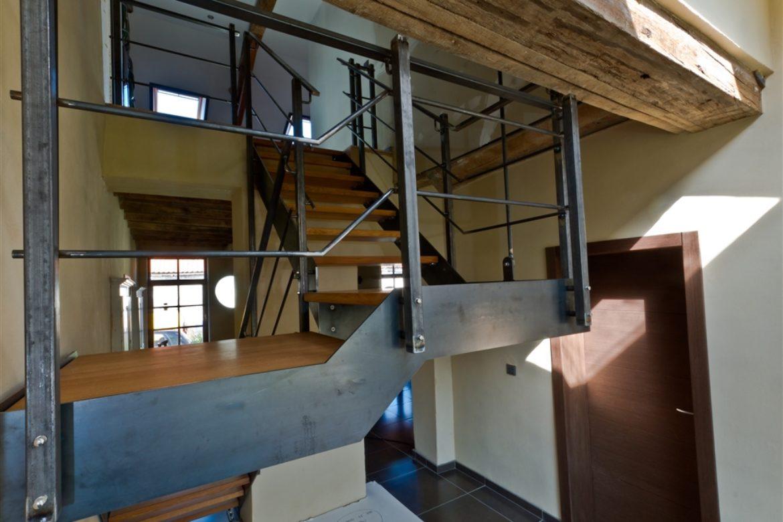 Escalier limon plat en acier brut marche en bois
