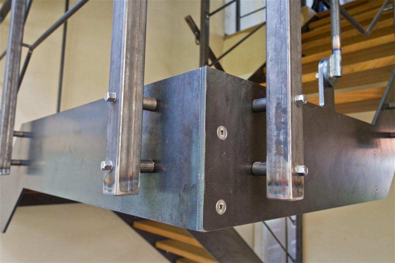 Escalier limon plat en acier brut marche en bois 2