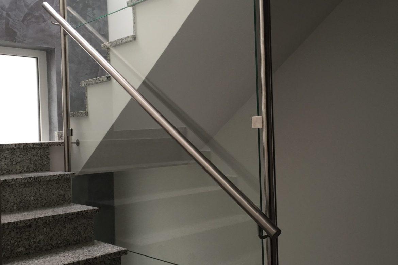 Garde corps inox et verre transparent séparation d'escalier