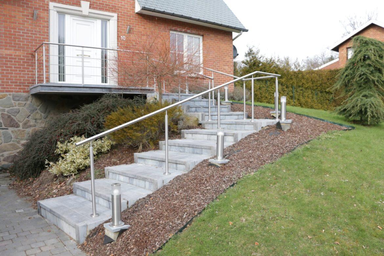Poteaux et main courante sur escalier